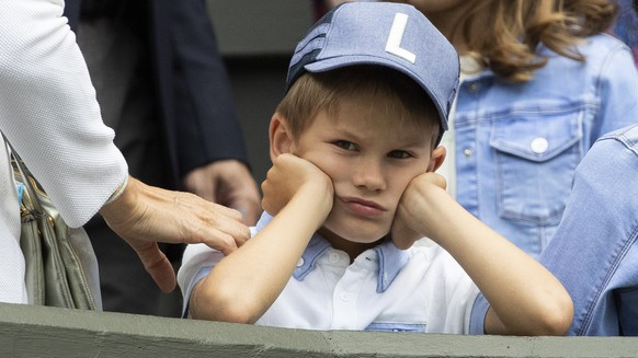 epa07690127 Roger Federer's children sit in the box during Federer's first round match against Lloyd Harris of South Africa, at the All England Lawn Tennis Championships in Wimbledon, London, on Tuesday, July 2, 2019.  EPA/PETER KLAUNZER EDITORIAL USE ONLY; NO SALES, NO ARCHIVES
