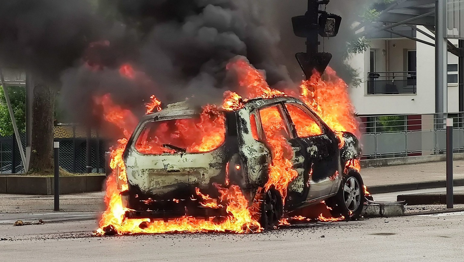 epa08487978 A  car burns after scenes of violence in the Gresilles neighborhood in Dijon, France, 15 June 2020 (issued 16 June 2020). Members of the Chechen community gathered in Dijon to avenge one of their family, who was allegedly beaten last week.  EPA/VINCENT LINDENEHER  FRANCE OUT / SHUTTERSTOCK OUT