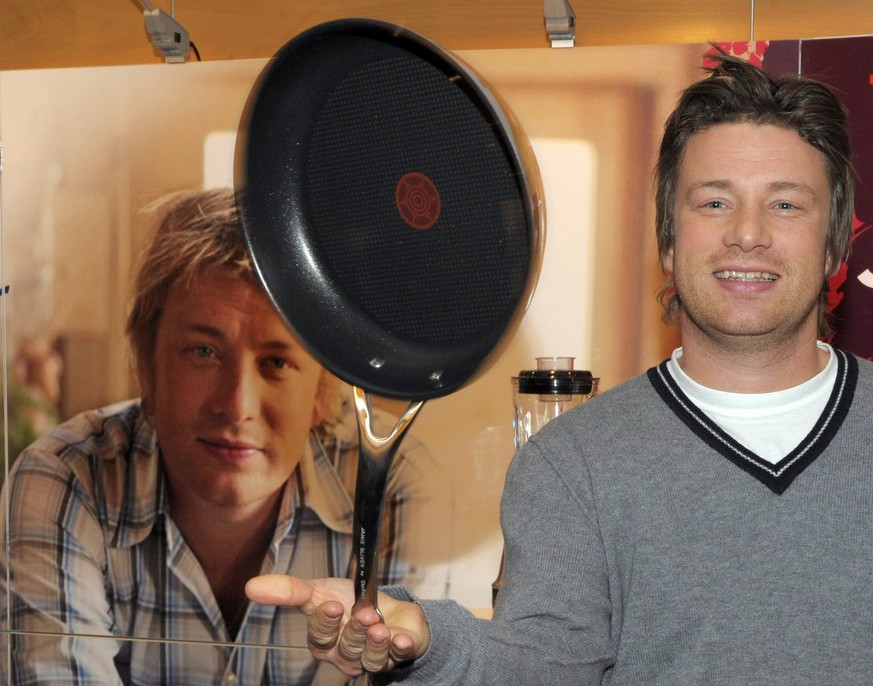 epa01903078 British television chef Jamie Oliver poses during a reading from his new cookbook 'Jamie's America' in Berlin, Germany, 19 October 2009.  EPA/Soeren Stache