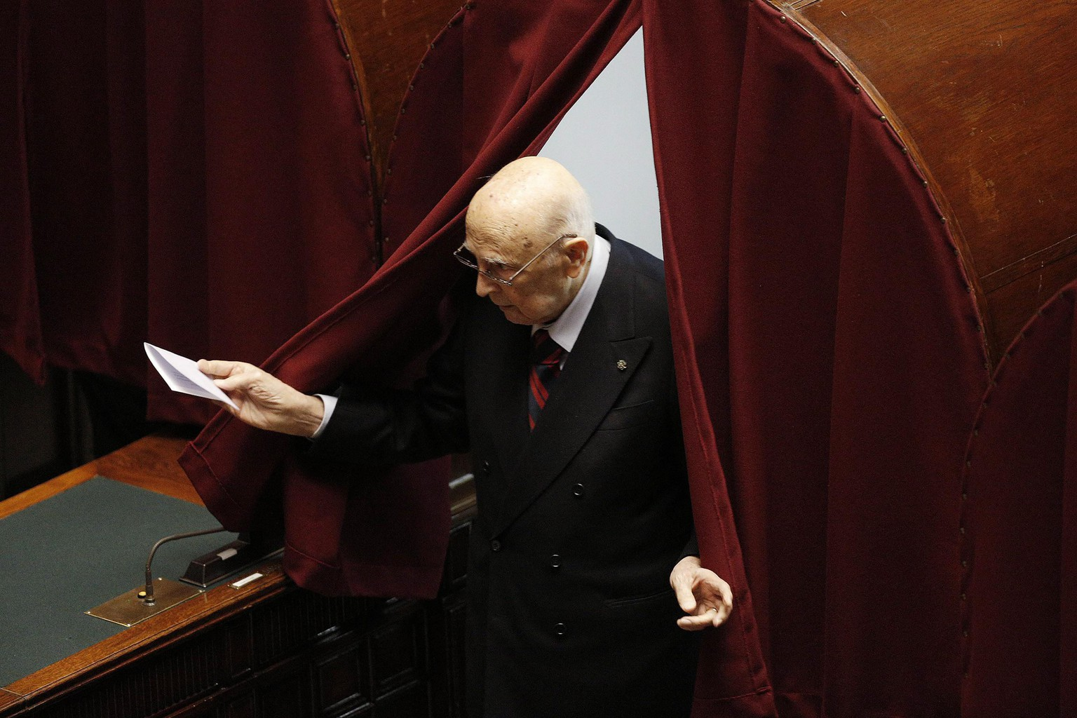 epa04596564 Former Italian President Giorgio Napolitano is about to cast his ballot during the fourth round of voting for a new Italian President, in Rome, Italy, 31 January 2015. Italian lawmakers convened 31 January for the fourth time in three days for what was expected to be a decisive ballot to elect Constitutional Court Judge Sergio Mattarella as the new head of state. Napolitano had resigned some six months before turning 90, citing the strains of old age. Having been granted life-long Senate membership, like all former presidents, he is taking part in the process to pick his successor.  EPA/GIUSEPPE LAMI
