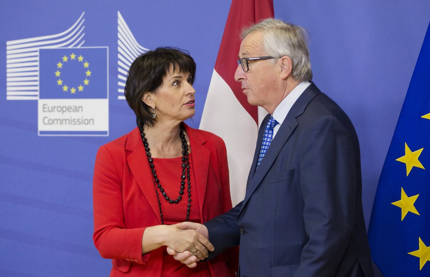 epa05891474 EU commission President Jean-Claude Juncker (R) welcomes the President of the Swiss Confederation Doris Leuthard (L), prior to a meeting in Brussels, Belgium, 06 April 2017.  EPA/OLIVIER HOSLET