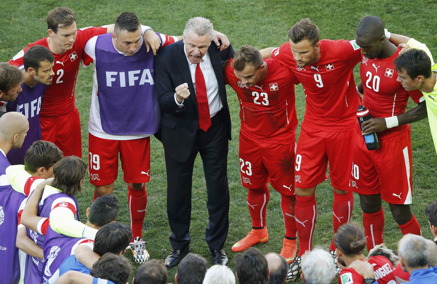 Switzerland's national soccer players huddle together for a team-talk with team coach Ottmar Hitzfeld before their extra time in their 2014 World Cup round of 16 game against Argentina at the Corinthians arena in Sao Paulo July 1, 2014.  REUTERS/Paulo Whitaker (BRAZIL  - Tags: SOCCER SPORT WORLD CUP)