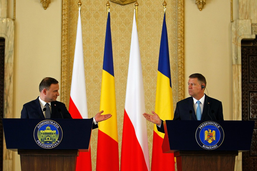 epa05008619 Romania's President Klaus Iohannis, (R), and President of Poland Andrzej Duda, (L), gesture during a news conference at Cotroceni presidential palace, in Bucharest, 03 November 2015. President Duda is on a two-day official visit to Romania, as he will attend the High-level Meeting of the States from Central and Eastern Europe on 04 November.  EPA/BOGDAN CRISTEL