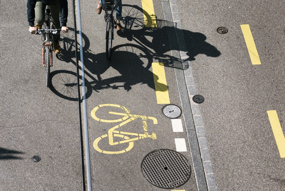 ARCHIV - ZUR MK DER STADT ZUERICH ZUR NEUEN PRAXIS FÜR DIE NUTZUNG DES TROTTOIRS DURCH VELOS STELLEN WIR IHNEN FOLGENDES BILDMATERIAL ZUR VERFUEGUNG - Cyclists cycle on a cycle lane in Zurich, Switzerland, on April 8, 2017. (KEYSTONE/Christian Beutler)