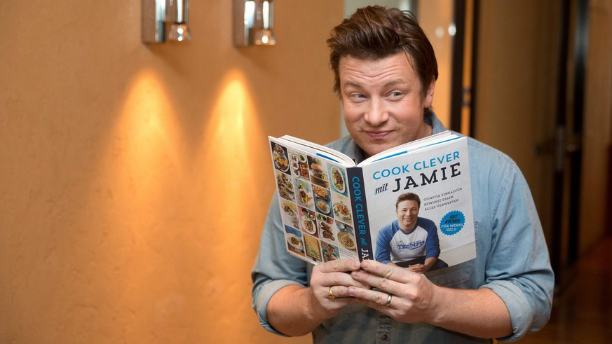 epa03959377 British celebrity chef Jamie Oliver presents his new cookbook 'Cook clever with Jamie' in Berlin, Germany, 21 November 2013. Oliver's new book deals with the question of how to create delicious dishes for the whole family despite a limited budget.  EPA/Joerg Carstensen