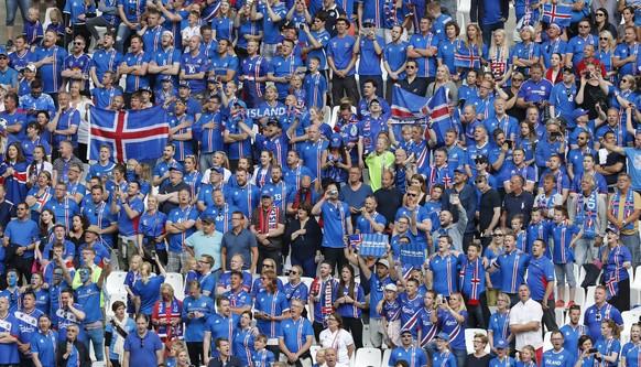 Football Soccer - Iceland v Hungary - EURO 2016 - Group F - Stade Vélodrome, Marseille, France - 18/6/16 Iceland fans REUTERS/Jean-Paul Pelissier Livepic