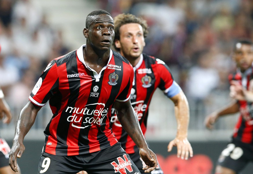 epa05535435 Mario Balotelli of OGC Nice in action during the French Ligue 1 soccer match between OGC Nice and Olympique Marseille in Nice, France, 11 September 2016.  EPA/SEBASTIEN NOGIER