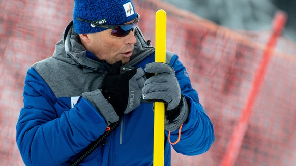 epa07239765 Markus Waldner of Austria, FIS race director, talks on the radio during the Men's Giant Slalom race at the FIS Alpine Skiing World Cup in Saalbach Hinterglemm, Austria, 19 December 2018.  EPA/CHRISTIAN BRUNA