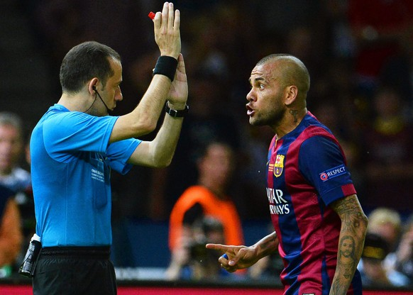 epa04786953 Barcelona's Dani Alves (R) argues with Turkish referee Cuneyt Cakir (L) during the UEFA Champions League final between Juventus FC and FC Barcelona at the Olympic stadium in Berlin, Germany, 06 June 2015.  EPA/ANDREAS GEBERT