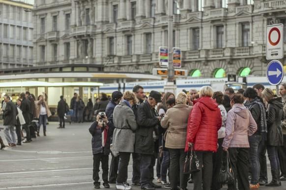 WIR STELLEN IHNEN HEUTE FOLGENDES BILDMATERIAL ZU 'RUSSISCHE TOURISTEN IN ZUERICH' ZUR VERFUEGUNG --- A group of Russian tourists is sightseeing at the Paradeplatz, a square at the Bahnhofstrasse, pictured in downtown Zurich, Switzerland, on November 1, 2014. (KEYSTONE/Petra Orosz)  Eine Gruppe russischer Touristen besichtigt Sehenswuerdkeiten am Paradeplatz in der Zuercher Innenstadt, aufgenommen am 1. November 2014 in Zuerich. (KEYSTONE/Petra Orosz)