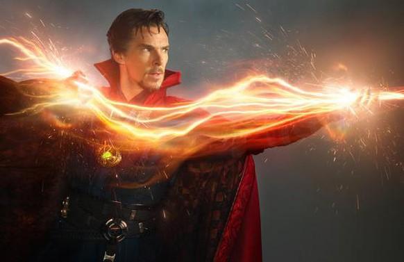 Doctor Strange (gespielt von Benedict Cumberbatch) ist ein Zauberer, der seine Kräfte nach einem Unfall erlernt.