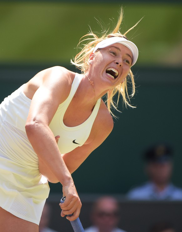 epa04293582 Maria Sharapova of Russia serves to Angelique Kerber of Germany in their fourth round match during the Wimbledon Championships at the All England Lawn Tennis Club, in London, Britain, 01 July 2014.  EPA/FACUNDO ARRIZABALAGA