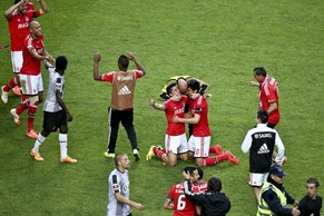 epa04174211 Benfica´s players celebrate after winning the 33rd Portuguese Championship after winning 2-0 against S.C. Olhanense during the Portuguese First League match between Benfica´s Lisbon vs Olhanense played at Luz stadium in Lisbon, Portugal,  20 April 2014.  EPA/MANUEL DE ALMEIDA