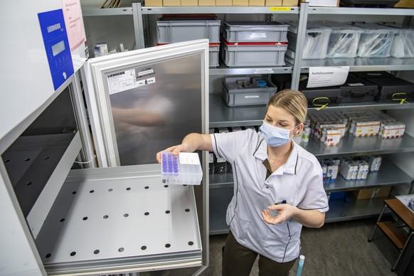 Eine erste Lieferung des Impfstoff von Pfizer Biontech wird von der Spital-Apothekerin Julia Egger vom Kantonsspital Nidwalden in Stans im Empfang genommen und fuer die Impfungen bereitgemacht, am Mittwoch, 23. Dezember 2020. (KEYSTONE/Urs Flueeler)