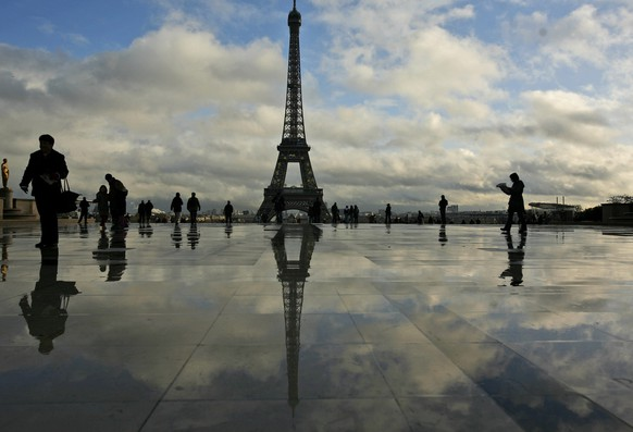 Tourists gather at the Place du Trocadero, overlooking the Eiffel Tower in Paris, France, Thursday, Dec. 4, 2008. (AP Photo/Muhammed Muheisen)