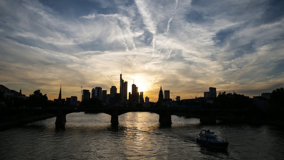 epa06131430 A general view of the Frankfurt city skyline at sunset in Frankfurt Main, Germany, 07 August 2017 (issued 08 August 2017).  EPA/ARMANDO BABANI