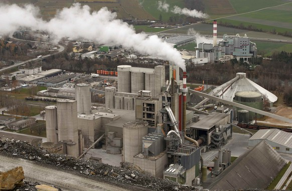 A general view shows the cement plant of Holcim near the eastern Swiss village of Untervaz November 26, 2014. Picture taken on November 26.   REUTERS/Arnd Wiegmann (SWITZERLAND  - Tags: BUSINESS CONSTRUCTION)