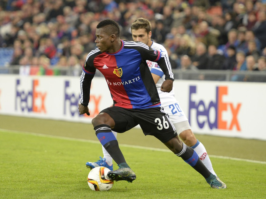 Basel's Breel Embolo, front, fights for the ball against Belenenses' Filipe Ferreira, back, during the UEFA Europa League group I group stage matchday 3 soccer match between Switzerland's FC Basel 1893 and Portugal's C.F. Os Belenenses at the St. Jakob-Park stadium in Basel, Switzerland, on Thursday, October 22, 2015. (KEYSTONE/Georgios Kefalas)