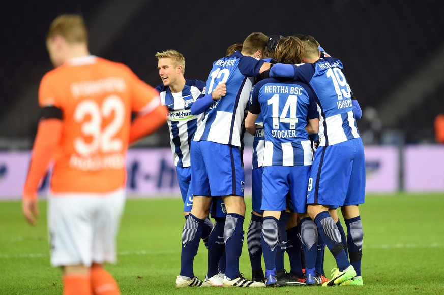 epa05684961 Players of Hertha BSC celebrate the opening goal during the German Bundesliga match Hertha BSC vs SV Darmstadt 98 in Berlin, Germany, 21 December 2016.