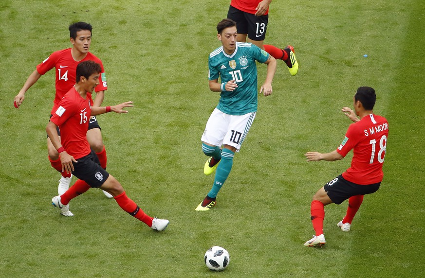 epa06844225 Mesut Oezil of Germany (C) in action during the FIFA World Cup 2018 group F preliminary round soccer match between South Korea and Germany in Kazan, Russia, 27 June 2018.