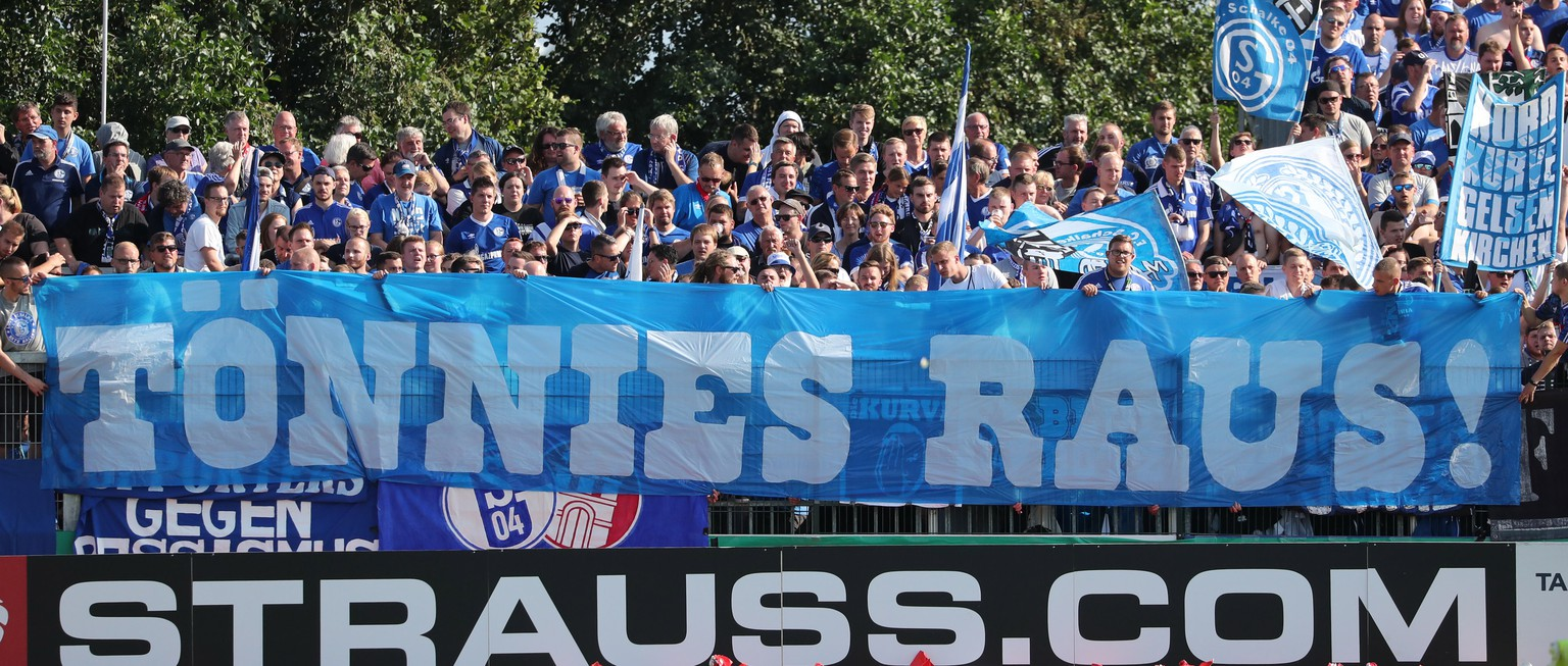 epa07766367 Schalke's supporters hold a banner reading 'Toennies out!' to demonstrate against the chairman of Schalke's supervisory board, Clemens Toennies, during the German DFB Cup 1st round match between SV Drochtersen/Assel and FC Schalke 04 in Drochtersen, Germany, 10 August 2019.  EPA/FOCKE STRANGMANN CONDITIONS - ATTENTION: The DFB regulations prohibit any use of photographs as image sequences and/or quasi-video.