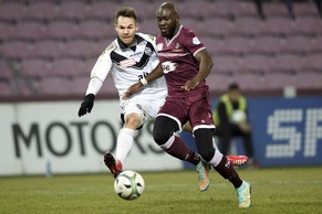 Lugano's Patrick Rossini, left, fights for the ball with Servette's Christopher Mfuyi, right, during the Challenge League soccer match of Swiss Championship between Servette FC and FC Lugano, at the Stade de Geneve stadium, in Geneva, Switzerland, Monday, February 16, 2015. (KEYSTONE/Salvatore Di Nolfi)