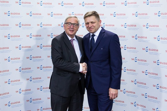 epa05399618 European Commission President Jean-Claude Juncker (L) is welcomed by Slovakia Prime Minister Robert Fico before a dinner hosted by the Slovakian prime minister at Bratislava Castle, Bratislava, Slovakia, 30 June 2016. Slovakia's Presidency of the Council of the European Union starts on 01 July.  EPA/JAKUB GAVLAK