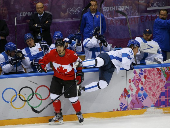 Canada's Drew Doughty (L) checks Finland's Jarkko Immonen during the first period of their men's preliminary round ice hockey game at the 2014 Sochi Winter Olympics, February 16, 2014.    REUTERS/Brian Snyder (RUSSIA  - Tags: OLYMPICS SPORT ICE HOCKEY TPX IMAGES OF THE DAY)