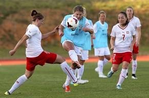 epa04655198 Norway's Maren Mjelde (C) in action against Switzerland's Sandra Betschart (R) during the women's Algarve Cup group C soccer match between Norway and Switzerland in Albufeira, southern Portugal, 09 March 2015.  EPA/LUIS FORRA