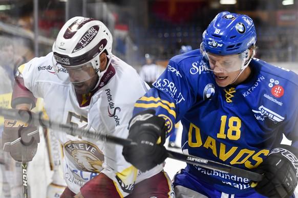 Gregory Sciaroni von Davos, rechts, gegen Goran Bezina von Servette, beim Eishockey-Qualifikationsspiel der National League zwischen dem HC Davos und dem Geneve-Servette HC am Dienstag, 12. September 2017, in der Vaillant Arena in Davos. (KEYSTONE/Gian Ehrenzeller)