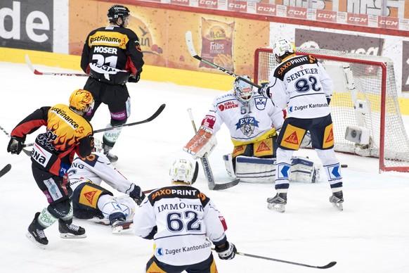 Funfte tor (5-0) von SC Bern Spieler Mark Arcobello, im ersten Eishockey Playoff-Finalspiel der National League A zwischen dem SC Bern und dem EV Zug, am Donnerstag, 6. April 2017, in der PostFinance Arena in Bern. (PPR/Anthony Anex)