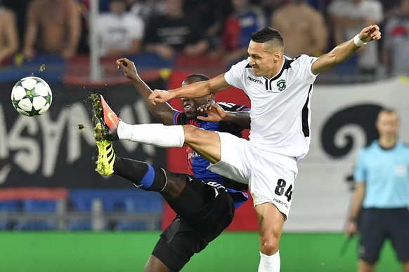 Basel's Eder Balanta, left, fights for the ball against Ludogorets' Marcelinho during an UEFA Champions League Group stage Group A matchday 1 soccer match between Switzerland's FC Basel 1893 and Bulgaria's PFC Ludogorets Razgrad in the St. Jakob-Park stadium in Basel, Switzerland, on Tuesday, September 13, 2016. (KEYSTONE/Peter Schneider)