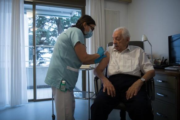 Ein Senior wird gegen Covid-19 im Seniorenheim San Carlo in Locarno geimpft, am Montag, 4. Januar 2021. (KEYSTONE/Ti-Press/Samuel Golay)