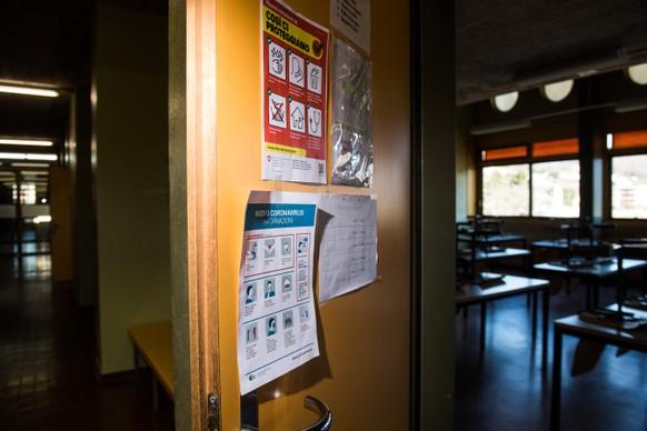 Informationsbroschueren zum Coronavirus haengen an der Wand, aufgenommen am Mittwoch, 4. Maerz 2020, in Stabio. Der Kanton hat Informationsbroschueren zum Umgang mit dem ausgebrochenen Coronavirus verteilt. (KEYSTONE/Ti-Press/Alessandro Crinari)