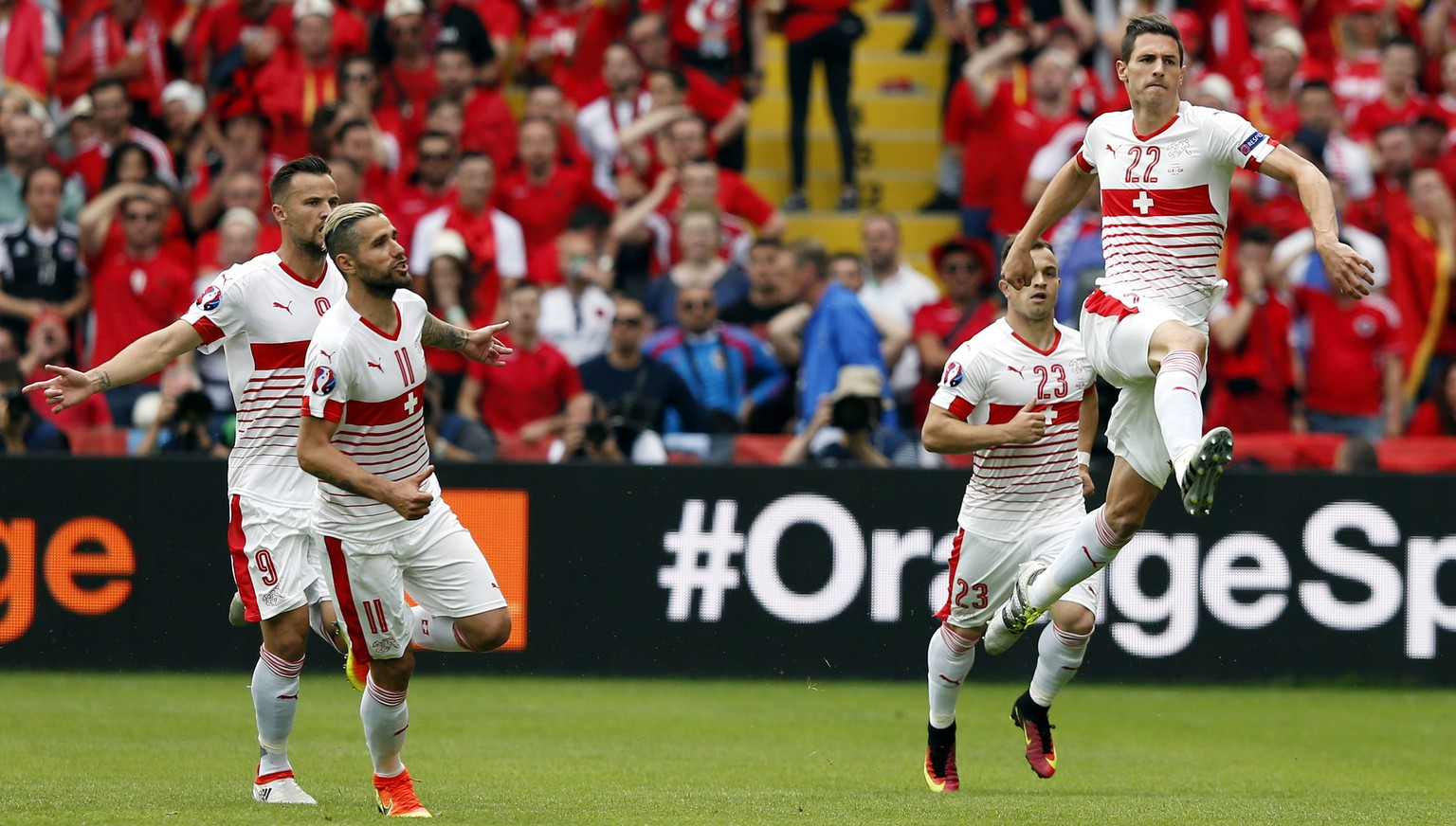 epa05356925 Fabian Schaer (R) of Switzerland celebrates with his teammates after scoring the 1-0 lead during the UEFA EURO 2016 group A preliminary round match between Albania and Switzerland at Stade Bollaert-Delelis in Lens Agglomeration, France, 11 June 2016.