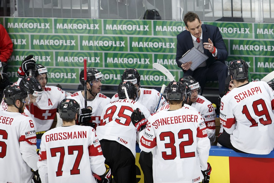 Patrick Fischer, head coach of Switzerland national ice hockey team, speaks to his players, during the IIHF 2016 World Championship preliminary round game between Czech Republic and Switzerland, at the Ice Palace, in Moscow, Russia, Tuesday, May 17, 2016. (KEYSTONE/Salvatore Di Nolfi)