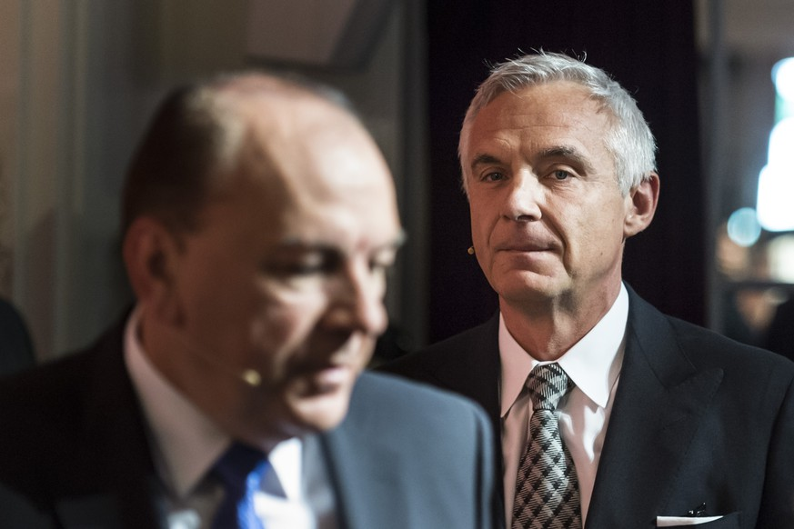 Urs Rohner, Chairman of Swiss Bank Credit Suisse, right, and Axel Weber, Chairman of Swiss Bank UBS, walk to a panel session during the Swiss International Finance Forum, in Bern, Switzerland, Tuesday, May 20, 2014. Politicians, supervisory authorities and scientists engage in an active dialogue on the future of the Swiss financial centre during the forum. (KEYSTONE/Alessandro della Valle)