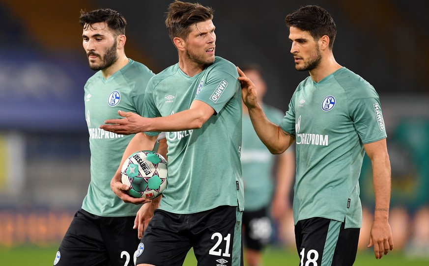 epa09148088 (L-R) Sead Kolasinac, Klaas Jan Huntelaar and Goncalo Paciencia of FC Schalke 04  react during the German Bundesliga soccer match between Arminia Bielefeld and FC Schalke 04 at Schueco Arena in Bielefeld, Germany, 20 April 2021.  EPA/Frederic Scheidemann / POOL DFL regulations prohibit any use of photographs as image sequences and/or quasi-video.
