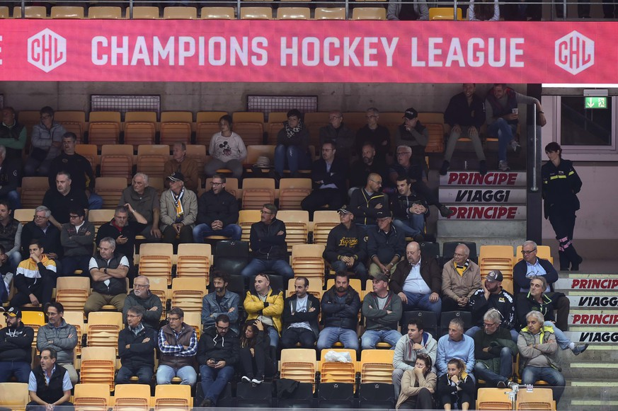 Fans during the Champions Hockey League match between Switzerland's HC Lugano and Finland's JYP Jyvaeskylae in Lugano, Switzerland, at the Corner Arena, October 9 2018. (KEYSTONE/Ti-Press/Davide Agosta)