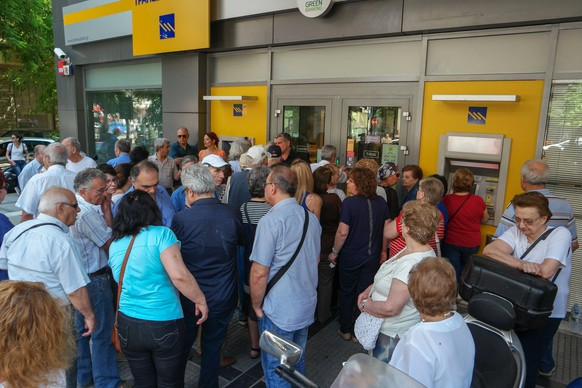 epa04833630 Pentioners stand in queue to withdraw the limited amount of 120 euros from their pension accounts outside the ATMs of a bank branch in Thessaloniki, Greece, 05 July 2015. Eurozone leaders were waiting to see if negotiations with Athens can resume with a new impetus following the resignation of Yanis Varoufakis, Greece's finance minister, in the wake of 05 July resounding anti-austerity referendum victory.  EPA/NIKOS ARVANITIDIS