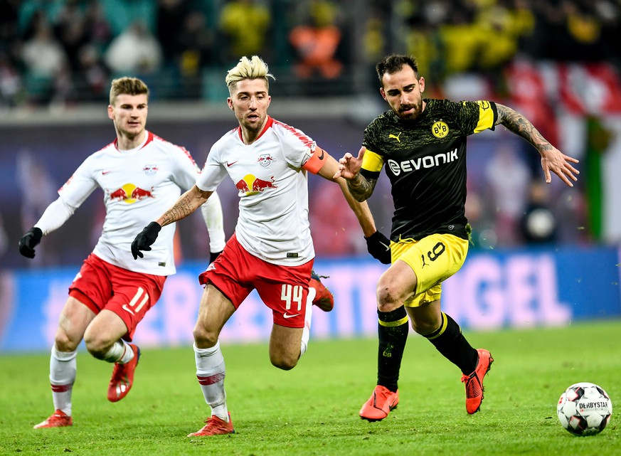 epa07301229 Leipzig's Timo Werner (L) and Leipzig's Kevin Kampl (C) in action against Dortmund's Paco Alcacer during the German Bundesliga soccer match between RB Leipzig and Borussia Dortmund in Leipzig, Germany, 19 January 2019.  EPA/FILIP SINGER CONDITIONS - ATTENTION:  The DFL regulations prohibit any use of photographs as image sequences and/or quasi-video.