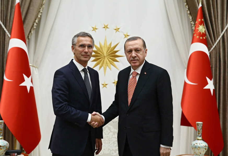 epa05530840 A handout picture provided by Turkish Presidential Press Office shows NATO Secretary General Stoltenberg (L) and Turkish President Recep Tayyip Erdogan pose before their meeting in Ankara, Turkey, 08 September 2016. Stoltenberg is in Turkey for an official visit.  EPA/YASIN BULBUL / HANDOUT  HANDOUT EDITORIAL USE ONLY/NO SALES