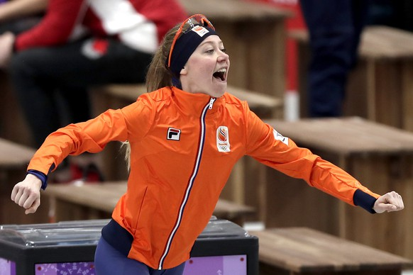 epa06532399 Esmee Visser of the Netherlands reacts after winning the gold medal in the Women's Speed Skating 5000 m competition at the Gangneung Oval during the PyeongChang 2018 Olympic Games, South Korea, 16 February 2018.  EPA/VALDRIN XHEMAJ