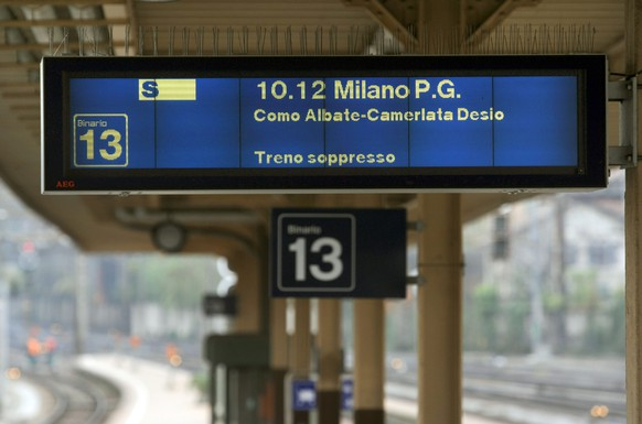 ARCHIV - Die Anzeigetafel im internationalen Bahnhof in Chiasso meldet den Ausfall eines Zuges nach Mailand, am Montag, 10. November 2008. Die grenzueberschreitenden Zugverbindungen zwischen der Schweiz und Italien werden ab dem 10. Dezember 2020 auf unbestimmte Zeit eingestellt. Der Entscheid basiere auf einem Dekret der italienischen Regierung.  (KEYSTONE/Ti-Press/Francesca Agosta)