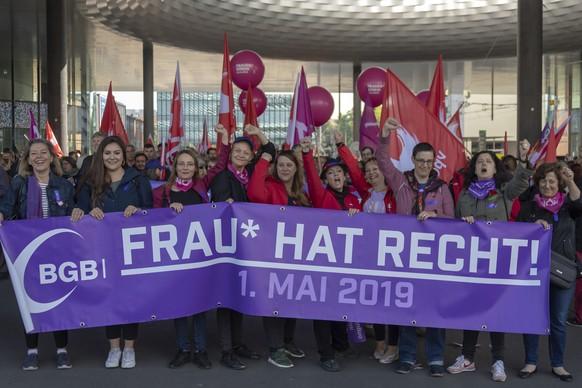 Ein Demonstrationszug anlaesslich des 1. Mai-Umzuges bewegt sich durch Basel am Mittwoch, 1. Mai 2019. (KEYSTONE/Georgios Kefalas)