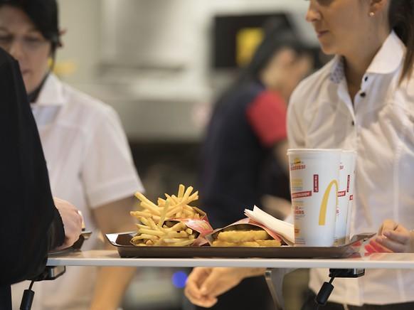 Eine Delegation Mitarbeiterinnen von McDonalds aus den USA ist am Freitag nach Zürich gereist, um ihre Schweizer Kolleginnen beim Frauenstreik zu unterstützen. (Symboldbild)