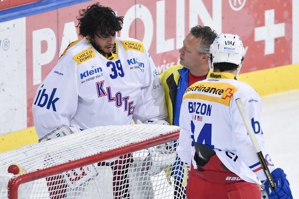 Goalie Luca Boltshauser von Kloten wird vom Eis gebracht, beim Eishockey-Qualifikationsspiel der National League A zwischen dem HC Davos und dem EHC Kloten, am Freitag, 20. Oktober 2017, in der Vaillant Arena in Davos. (KEYSTONE/Gian Ehrenzeller)