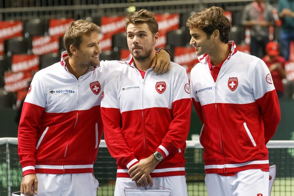 epa04936528 Switzerland's Davis Cup Team player  Marco Chiudinelli (L-R), Stan Wawrinka, and Roger Federer chat prior the first single match of the Davis Cup World Group Play-off round match between Switzerland and Netherlands, at the Palexpo, in Geneva, Switzerland, 18 September 2015.  EPA/SALVATORE DI NOLFI