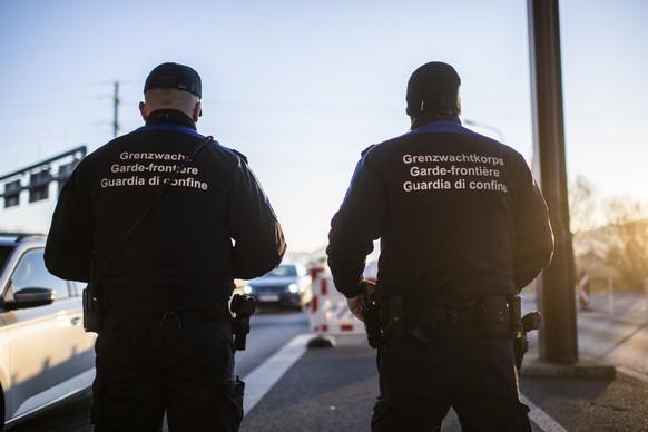 Schweizer Grenzwaechter, am Grenzuebergang zwischen Au in der Schweiz und dem oesterreichischen Lustenau, am Montag, 16. Maerz 2020, in Au. Oesterreich hatte eine Verschaerfung der Grenzkontrollen in Zusammenhang mit dem Coronavirus angekuendigt. (KEYSTONE/Gian Ehrenzeller)