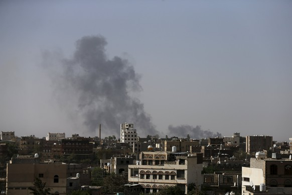 Smoke billows from the international airport of Yemen's capital Sanaa after it was hit with air strikes by Saudi-led coalition April 28, 2015. At least 15 people were killed in heavy fighting between Houthi fighters and tribesmen in the oil-producing Marib province in central Yemen, tribal and medical sources said on Tuesday, as Saudi-led air strikes against the Iran-allied militia continued. REUTERS/Khaled Abdullah